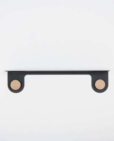 Nástenná čierna polica z ocele s detailom z dubového dreva s 2 háčikmi Gazzda Hook, dĺžka 60cm