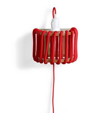 Červená nástenná lampa s drevenou konštrukciou EMKO Macaron, dĺžka 20 cm